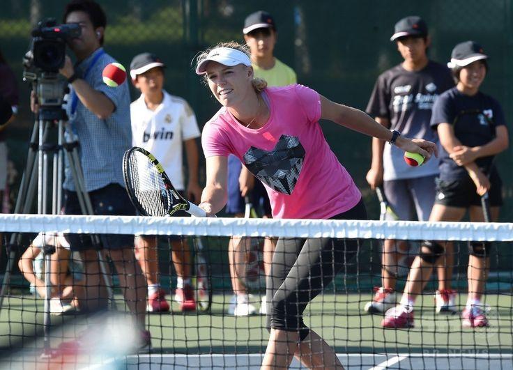 東レ・パンパシフィック・オープン(Toray Pan Pacific Open 2014)を控え、東日本大震災で被災した子どもたちのためのテニス教室に参加する女子テニスのカロリーネ・ボズニアツキ(Caroline Wozniacki、2014年9月14日撮影)。(c)AFP/Toru YAMANAKA ▼15Sep2014AFP|全米オープンで手応え、東京での飛躍に期待するボズニアツキ http://www.afpbb.com/articles/-/3025933