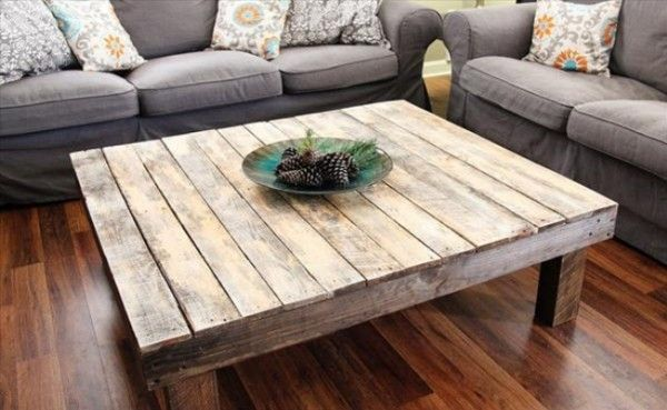 Une table basse en palette, simple et épurée  http://www.homelisty.com/meuble-en-palette/                                                                                                                                                                                 Plus