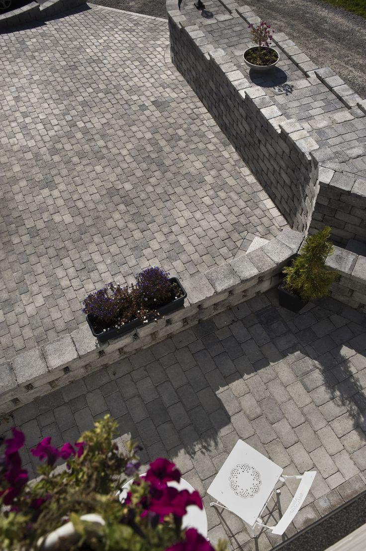 Terrasse med utsikt over gårdsplassen.