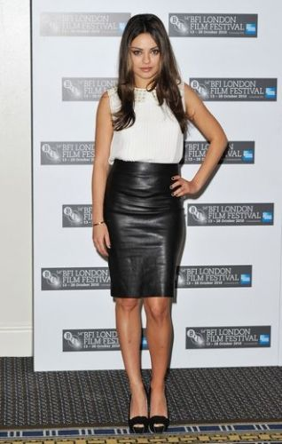 Mila Kunis  Klassisch in heller Bluse und schwarzem Pencil-Skirt. Copyright: Gareth Cattermole / Getty Images