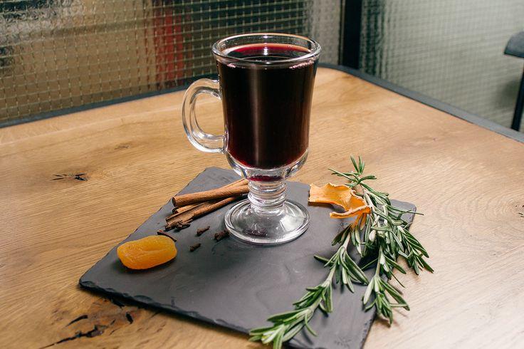 Корица, бадьян, гвоздика и горячее красное вино: рецепты и секреты глинтвейна