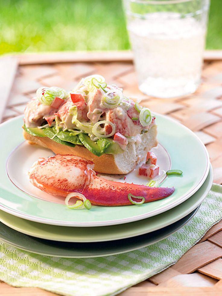 Lobster-Roll | Extravaganter Snack für zwischendurch: Knuspriges Baguette wird mit Avocado und einem Cocktail aus Hummer, Frühlingszwiebeln, Cornichions, Paprika, Mayo, Ketchup und Worcestershiresauce belegt.