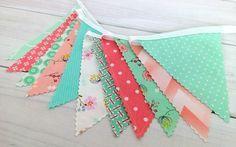 Menthe verte, fleurs rose corail et Peach, chevron et gravures géométriques composent ce Bruant de tissu adorable !  Ce Bruant a 11 drapeaux,