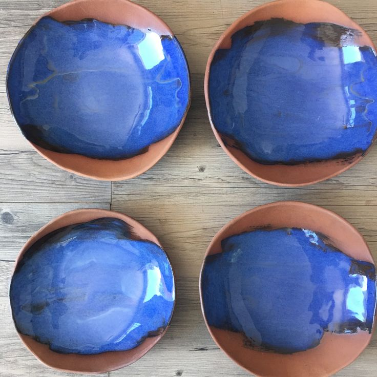 Se trata de un conjunto único de placas. El color de este sistema es Terracota y azul y es un esmalte brillante. El cuerpo de la arcilla era un color rojo muy oscuro y era izquierda sin esmaltar parcialmente.  Cada placa es diferente y tienen una textura en la parte inferior. Son modernos buscando y comiendo de los transportes a la Toscana en Italia!!!! Miden alrededor de 10 y son alrededor de 2 de profundidad, perfecto para la pasta o un plato de arroz, como el risotto. Me encantaria servir…