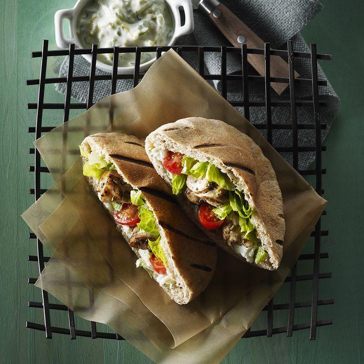 Pitas de souvlaki simples au poulet  et au Tzatziki  Cette simple recette de souvlaki grec est le plat idéal pour les grillades en plein air et pour le divertissement. Les souvlaki sont des brochettes de viande marinées et grillées souvent servies dans les pitas. Ils peuvent également être accompagnés de riz pilaf et d'une salade.