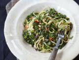 Een originele pasta met boerenkool, chilipeper en pijnboompitjes. Dit recept uit Lekker Lokaal staat binnen een half uurtje op tafel!