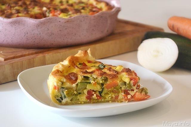 La Torta salata alle verdure è un rustico a base di verdure di stagione, un guscio di pasta sfoglia che racchiude zucchine, carote, piselli, peperoni e chi