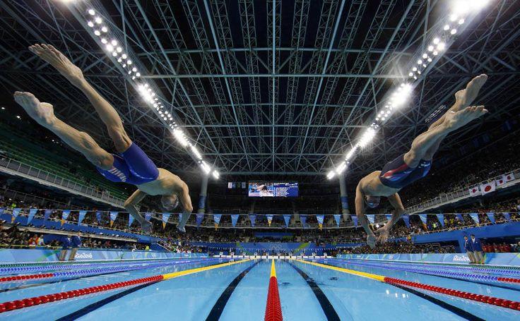"""O nadador americano Michael Phelps (à esquerda), salta para nadar os 200 metros """"medley"""", na semifinal, nos Jogos Olímpicos Rio 2016"""