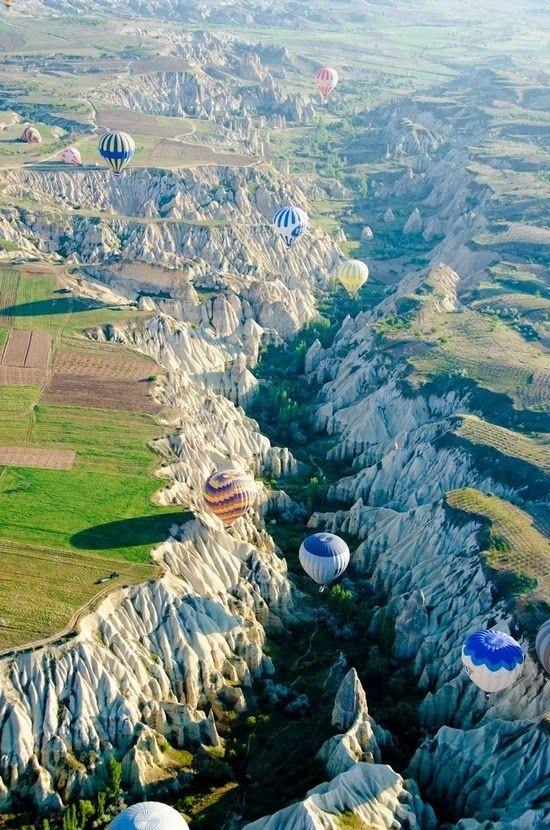 Capadócia - Turquia  É uma região histórica e turística da Anatólia central, na Turquia. Em 1985, o Parque Nacional de Göreme, uma das áreas mais famosas da região, com 9 576 ha, foi declarada Património Mundial pela UNESCO.
