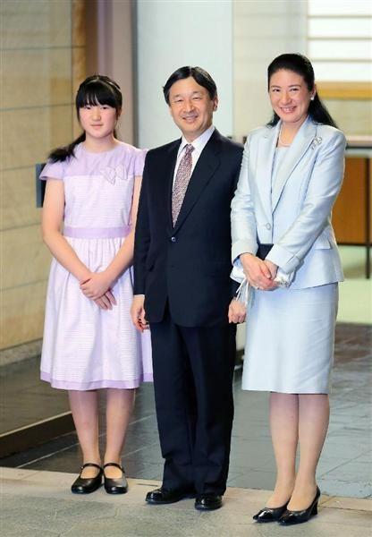 トンガ王国から帰国し、敬宮愛子さまのお出迎えを受けられた皇太子ご夫妻=6日、東京・元赤坂の東宮御所
