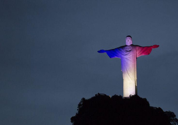 Des monuments du monde entier s'allument en bleu, blanc, rouge