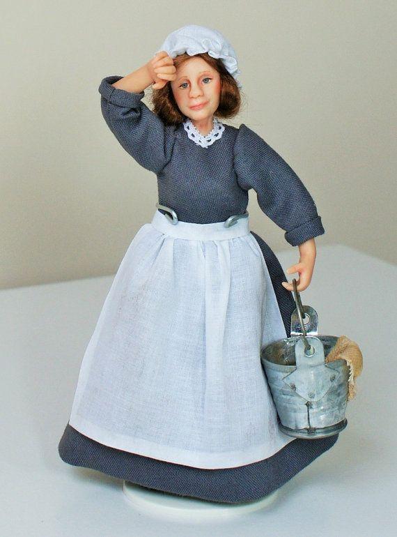 Rose de la femme de chambre à la main sculptée miniature