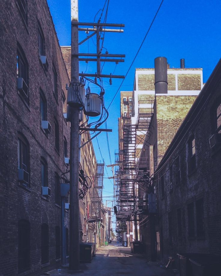 Вот такие не знаю как правильно назвать техническую улицу между домами. Так сказать неприглядная сторона :) . . . . . .  @focalmark #urbandecay #urbexworld #streetmobs #kings_abandoned #decay #abandonment_issues #urbexpeople #sfx_decay #rsa_preciousjunk #showmethatgrime #grime_lords #decay_nation #urbanexploring #all_is_abandoned #ig_urbex #aband0n_all_h0pe #urbex_supreme #focalmarked  #mychicagopix #midwestmoment #insta_chicago #chicagojpg #wu_chicago #chictecture #iphoneography #iphoneonly…