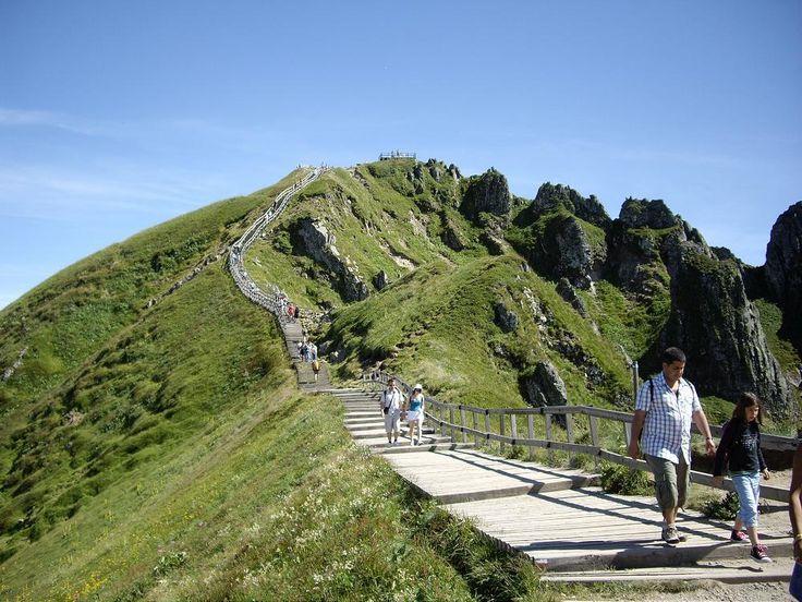 En haut du puy de d me cha ne des puy en auvergne pinterest - Puy de dome office du tourisme ...