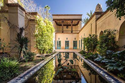 A vendre propriété ancienne conçue par le célèbre architecte Charles Boccara très bien située dans le triangle d'or de la Palmeraie de Marrakech au coeur de la Palmeraie. Cette maison de plain pied comprend une double réception avec cheminée avec une belle hauteur de plafond. Une salle à manger qui domine le jardin, et 5 chambres avec 4 salles de bains. Un hammam et une chambre d'amis est niché dans le parc.Des dépendances pour le personnel. Climatisation réversible chaud et froid. Pi...
