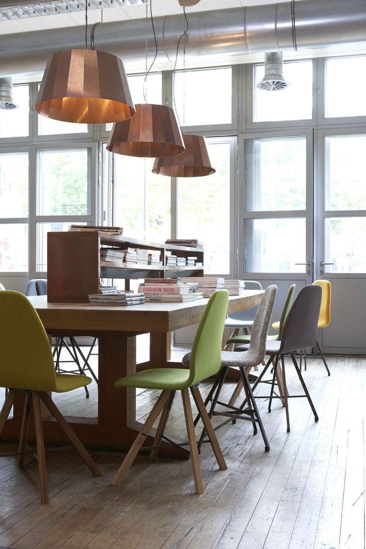 Leuke werkplek met stoeltjes van #spoinq en stoere lampen!