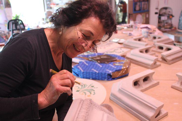 Sono Gemma, questo lavoro è precisione, eleganza e arte...la mia passione! #stufecollizzolli #handmade #fattoamano #madeinitaly #artigianato #design #italy #arte #qualita #home #casa #arredamento #processoartigianale #ceramica #maiolica #argilla #cotturainforno #pittura #incisioni #rilievi #decorazioni #trentino