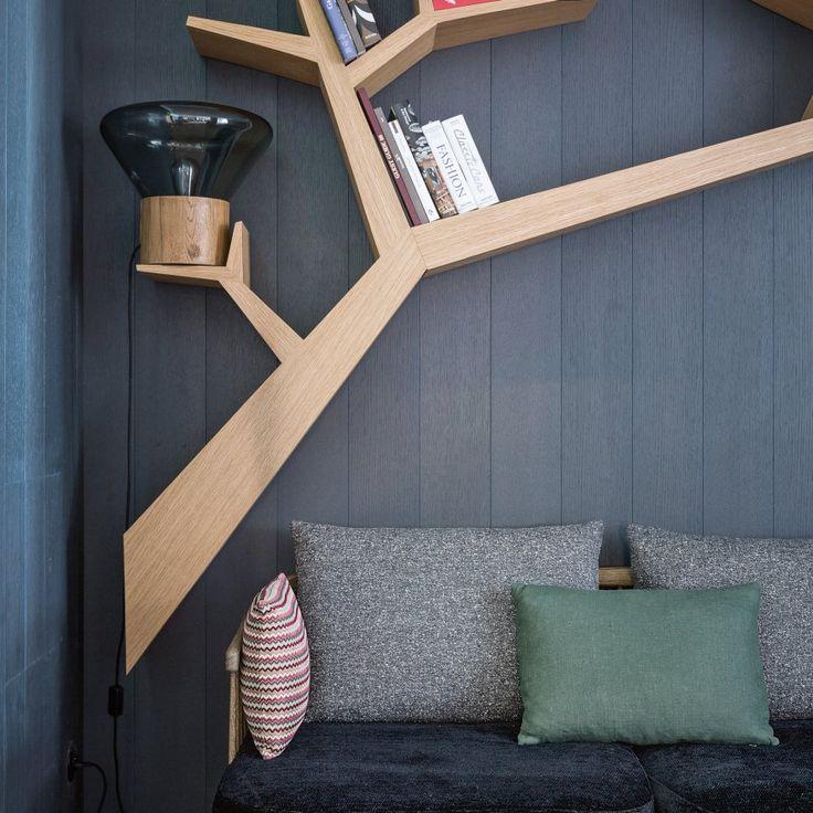 """Dans le bar lounge de l'hôtel Yule, une bibliothèque en forme de branches d'arbres """"Tree Branch"""" fabriquée par Olivier Dolle."""