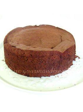 Gâteau au chocolat fourré à la crème de #Carambar - www.puregourmandise.com