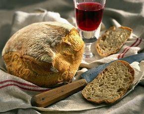 Πολύ εύκολη συνταγή για σπιτικό ψωμί. Αναστήστε ξεχασμένες γεύσεις και μυρωδιές στο τραπέζι με τον πιο απλό και οικονομικό τρόπο.    Το ψωμί της αρχάριας    Υλικά  1 κιλό αλεύρι που φουσκώνει μόνο του  350-450 ml μπίρα (όσο πάρει)  1 κουταλιά της