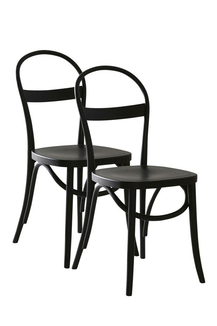 Klassisk stol i mjuka runda former. Det stilrena formspråket gör att den passar in i många hem och rum. Material: Trä. Storlek: Höjd 90 cm, bredd 40 cm, djup 40 cm. Beskrivning: 2-pack stolar av massivt trä (björk). Målad eller betsad (brun stol). Skötselråd: Torkas med fuktig trasa. Tips/råd: Du behöver inte ha likadana stolar runt ett bord. Udda är snyggt och praktiskt när ni blir många runt matbordet.