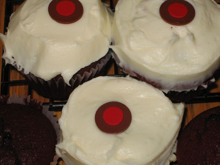 Make your own Sprinkles cupcakes - recipes for making them yourself! Includes coconut cupcakes and frosting, strawberry cupcakes and frosting, plus chocolate frosting and buttercream frosting. Yum!