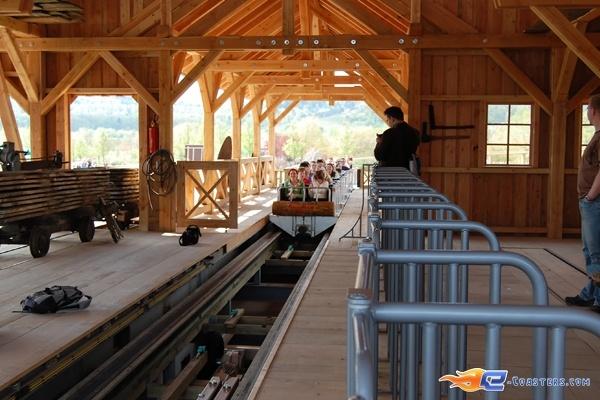 20/22 | Photo du Roller Coaster Mammut situé à Tripsdrill (Allemagne). Plus d'information sur notre site http://www.e-coasters.com !! Tous les meilleurs Parcs d'Attractions sur un seul site web !! Découvrez également notre vidéo embarquée à cette adresse : http://youtu.be/i8S4p9Z_JM8