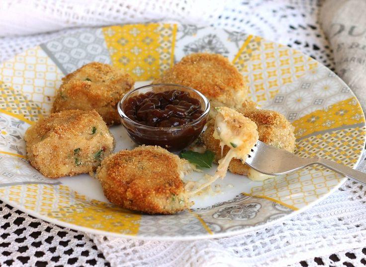Le crocchette tonno e patate sono un antipasto sfizioso o un secondo piatto saporito che si può preparare anche con molto anticipo e poi cuocere al bisogno.