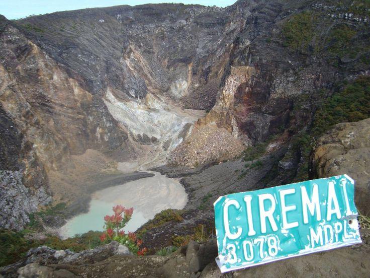 Mendegar cerita-cerita mistis dan jalur pendakian yang luar biasa sulit gunung tertinggi Jawa Barat, Ciremai. Membuat saya sangat penasaran akan gunung itu. 1 bulan setelah pendakian Gunung Prau, saya mengusulkan kepada teman2 saya utk mendaki gunung Ciremai dipendakian selanjutnya. Sulit untuk meyankinkan teman-teman mendaki Ciremai. Namun pada akhirnya mereka mengiyakan. Muncak Ciremai bro! Hari H …