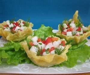 serowe miseczki z salatka