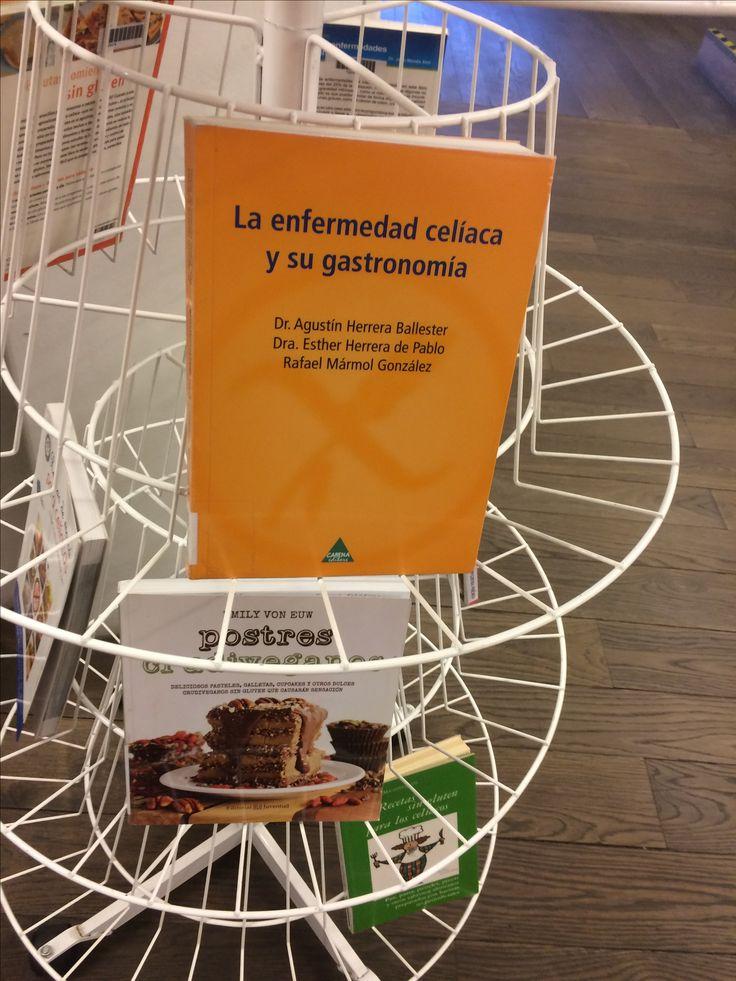 Expositor en la 1ª planta de la Biblioteca con una selección de obras relacionadas con la enfermedad celiaca, con motivo de la celebración del día internacional del celiaco el el 27 de mayo