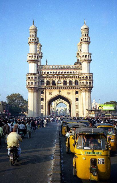 """La palabra #Charminar proviene de los vocablos urdu """"chār"""" ( cuatro ) y """"minar"""" ( torre o minarete), debido a sus cuatro imponentes y distintivos minaretes, apostados en las cuatro esquinas de la estructura. Una mezquita, monumento y puerta ceremonial, en torno a la cual se construyó la ciudad de #Hyderabad, la capital del estado de Andhra Pradesh, en la #India."""