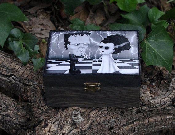 Caja de madera estilo gótico. El monstruo de por Villaoscura