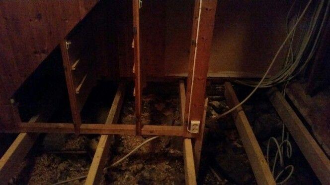 Under trappen