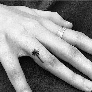 tatuajes en los dedos palmera