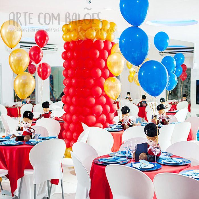O cliente queria um tema glamouroso para o aniversário do filho, algodiferente de príncipe. Claudio Rocha (Natal/ RN) desenvolveu em balões otema soldado inglês e apostou na elegância do Palácio de Buckingham nafachada, e itens decorativos típicos, e até uma cabine de telefone londrina feita toda em balões. A decoração foi feita com balões Art-Latex.
