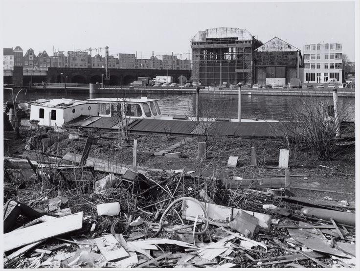 Amsterdam, maart 1983. Westerdok Op de voorgrond het Westerdok en de Westerdoksdijk. Gezien naar de achterzijde van Hendrik Jonkerplein 2 en de Ketelmakerstraat.