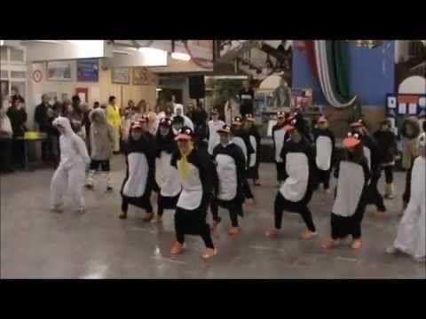 Pingvinek tánca. Farsang, az egri Balassi Bálint általános iskolában 2012. - YouTube