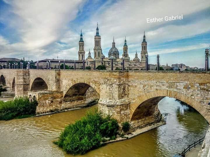 El Pilar Al Fondo Detrás Del Puente De Piedra En Zaragoza Fotografía De Esther Gabriel Zaragoza Puentes De Piedra Fotos