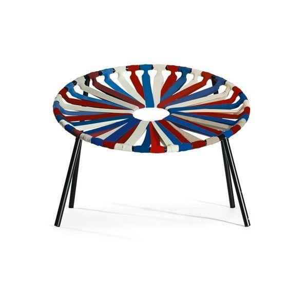 Sedendovi sulla poltroncina Lastika, venite accolti dai quaranta elastici che costituiscono la seduta e avete la sensazione di ondeggiare, nonostante la struttura della sedia sia comunque molto stabile. È una sedia divertente e confortevole, molto leggera e impilabile.