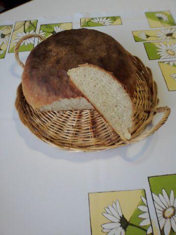 A zasa jeden chlieb. Dnes nebude kváskový, ani pomaly kysnutý, ale taký môj rýchly recept na chutný šťavnatý chlebík. Začala som ho piecť kedysi, keď som žila pod Tatrami na dedine, kde obchod v sobotu doobeda zatvorili, v nedeľu prišla návšteva a na pondelok ráno nebolo čo na raňajky. Veľa ľudí odrádza práca s kváskom, či dlhé čakanie na vysoko hydratované cesto.