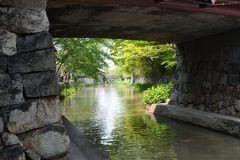滋賀県大津市にある琵琶湖疏水は1885年に京都への飲料水の供給と灌漑水運発電を目的として工事が始まり1890年に完成しました 滋賀県大津市三保ヶ崎から山科蹴上を超え京都市内に入り伏見宇治へと流れています  滋賀県側の大津港近くの取水口からトンネルまでの水路沿いにはソメイヨシノヤマザクラなどのサクラが約200本並びお花見シーズンには水面を薄紅色に染め上げます ライトアップもされ大津では有名なお花見スポットですよ tags[滋賀県]