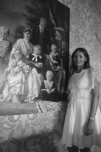 AYŞE GÜLNEV OSMANOĞLU SUTTON V. Murad'ın torununun torunu 1971'de İngiltere'de Henley adlı küçük bir kasabada doğdu.