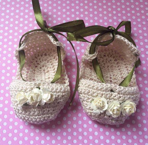 Patucos sandalias para bebé tejidas a mano en ganchillo crochet con florecitas en el mismo tono y lazo en verde para ajuste al pie. www.lafabricadecucadas.com