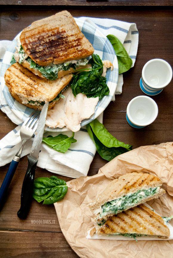 Sandwich al pollo con spinaci e yogurt greco speziato. Una ricetta di soli 15 minuti che vi regalerà un pranzo leggero, fresco e buonissimo! Provatela ;)