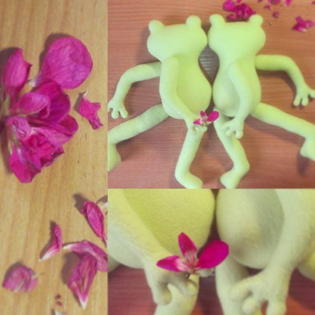 Пара моих лягушечек нашла дом) Попросили сшить еще) Ручки-ножки не пришиты, а уже конфеты-букеты-свидания) #зеленые #лягушки #танец #конфетыбукеты #handmade #игрушка