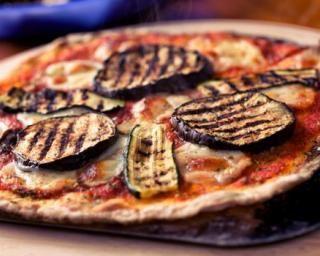 Pizza sans huile allégée aux légumes grillés : http://www.fourchette-et-bikini.fr/recettes/recettes-minceur/pizza-sans-huile-allegee-aux-legumes-grilles.html