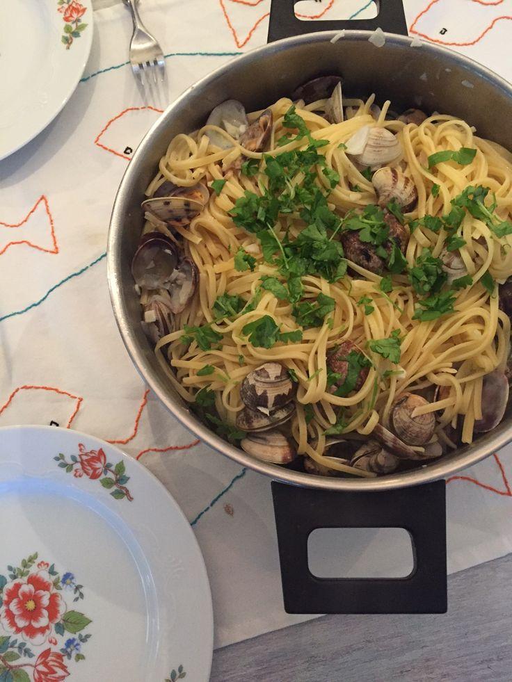 Kokkels met pasta! Een recept wat ik eigenlijk altijd maak op vakantie aan de Middellandse zee Vongole en deze keer deel ik mijn recept op de blog.