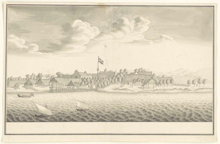 Anonymous | Gezicht op Makassar, Anonymous, c. 1749 - 1750 | Gezicht op Macassar met stenen huizen en een kerk; Daarnaast een omheining met schuren; De Hollandse vlag wappert op een mast; Links op de oever liggen enige scheepjes; Links van het midden is een houten steiger die in zee steekt; In zee varen een Hollandse roeisloep en twee inlandse zeilscheepjes.