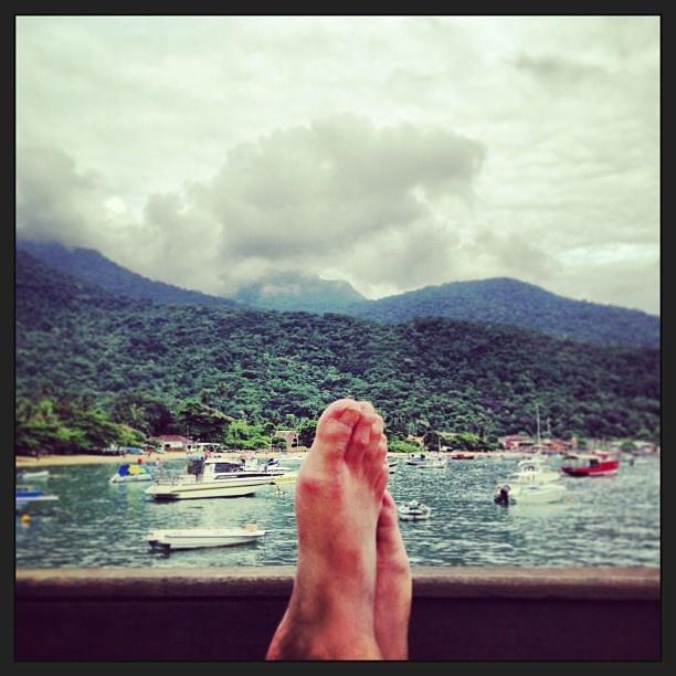 Vista de los Pies de  nuestro Embajador Andrés en nuestro Hostel en Ilha Grande #Brasil #embajadores #buenaondaandres